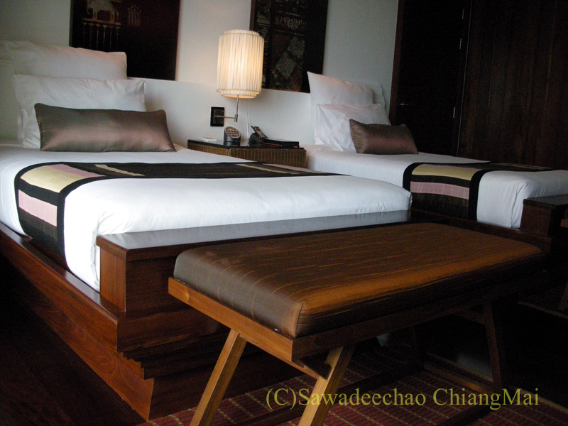 チェンマイのホテル、ラティラーンナーリバーサイドスパリゾートのベッド前
