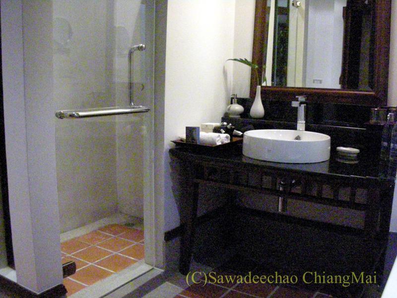 チェンマイのホテル、ラティラーンナーリバーサイドスパリゾートの洗面台とシャワーブース