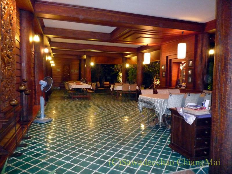 チェンマイの高級北タイ料理レストラン、ルアンカムインのバルコニー席