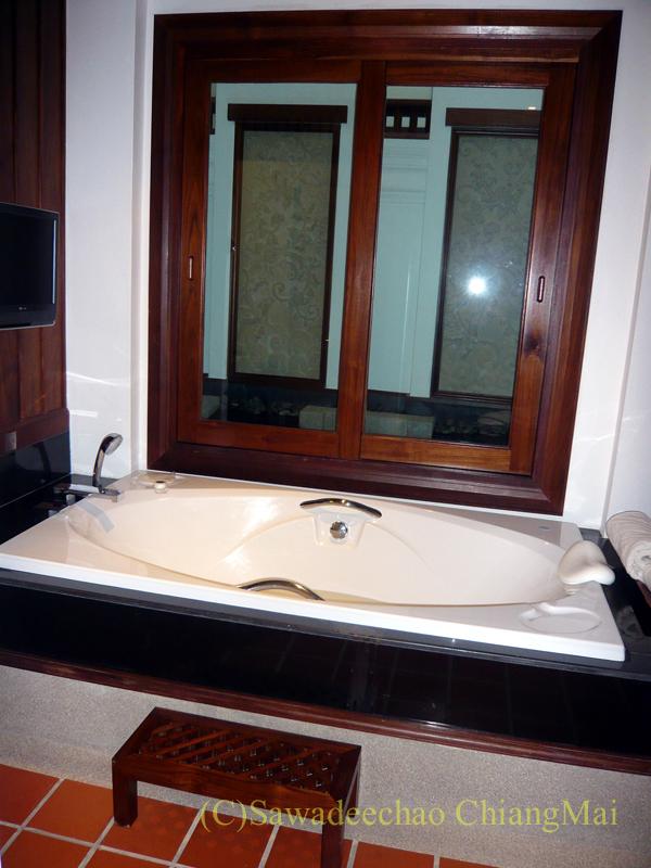 チェンマイのホテル、ラティラーンナーリバーサイドスパリゾートのバスタブ