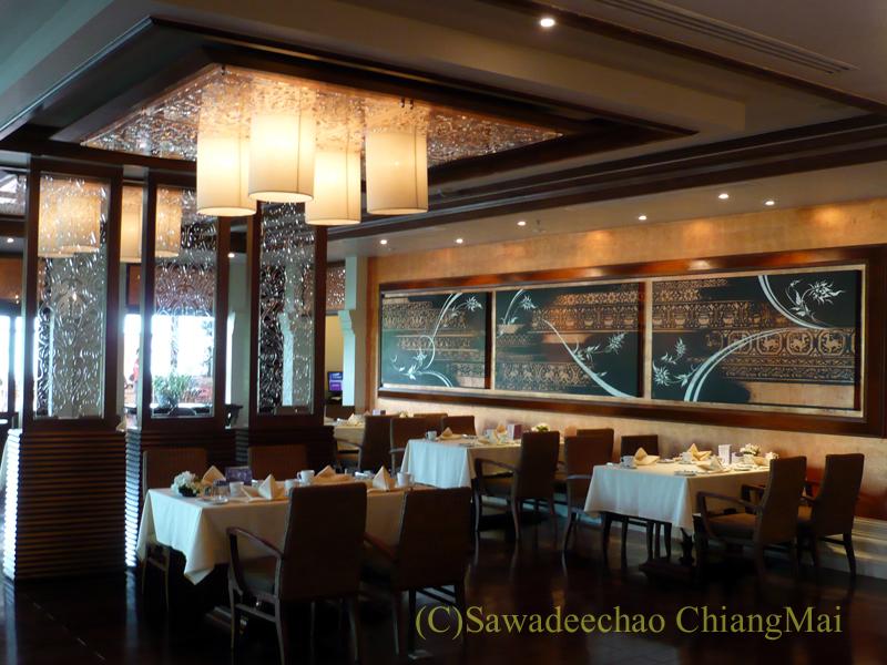 チェンマイのホテル、ラティラーンナーリバーサイドスパリゾートのレストランの屋内席