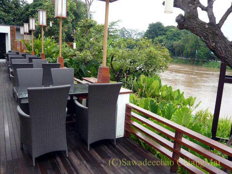 チェンマイのホテル、ラティラーンナーリバーサイドスパリゾートのレストランのテラス席