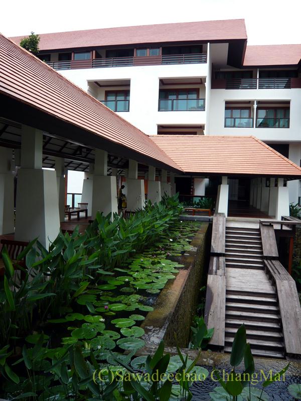 チェンマイのホテル、ラティラーンナーリバーサイドスパリゾートのレストランへの階段