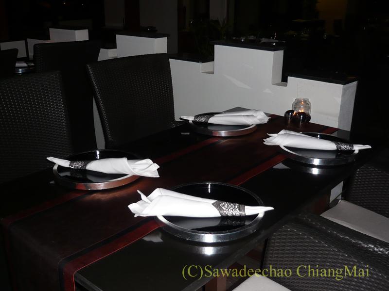 チェンマイのホテル、ラティラーンナーリバーサイドスパリゾートの夜のレストランのテーブル