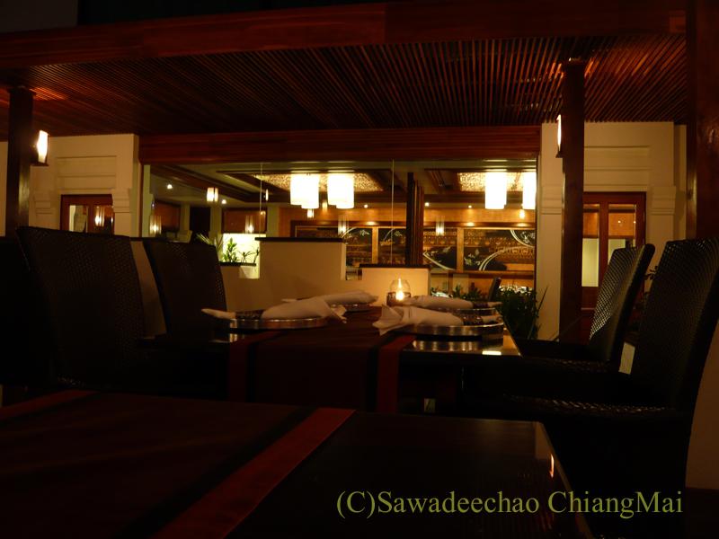 チェンマイのホテル、ラティラーンナーリバーサイドスパリゾートの夜のレストラン