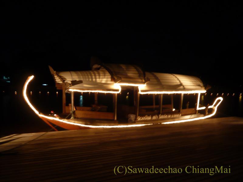 チェンマイのホテル、ラティラーンナーリバーサイドスパリゾートのライトアップされた船