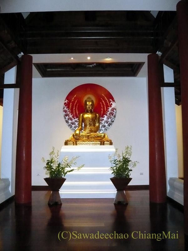 チェンマイのホテル、ラティラーンナーリバーサイドスパリゾートのロビー脇の仏像