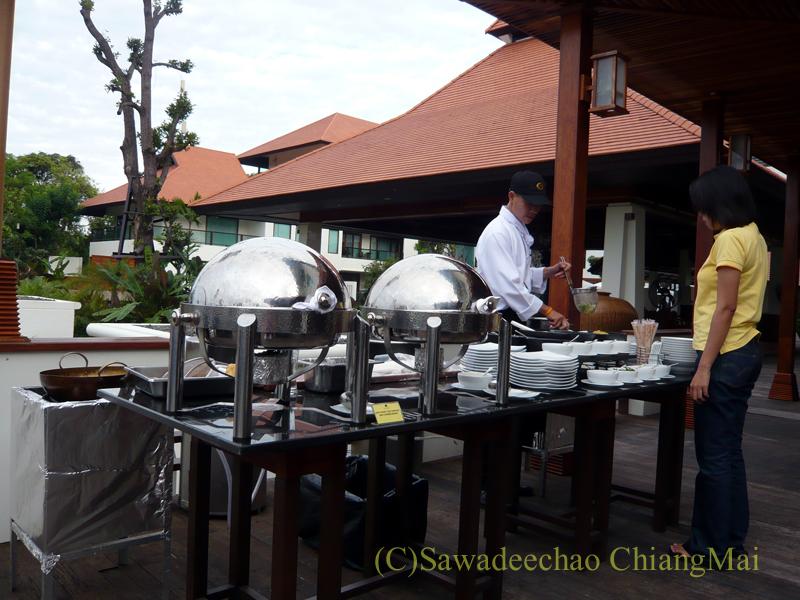 チェンマイのホテル、ラティラーンナーリバーサイドスパリゾートのレストランの臨時朝食カウンター