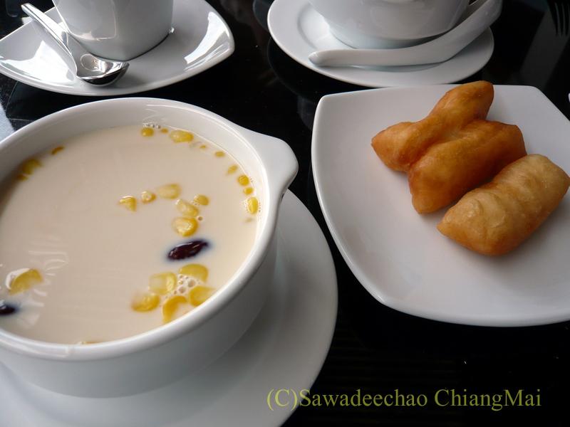 チェンマイのホテル、ラティラーンナーリバーサイドスパリゾートの朝食の豆乳と揚げパン