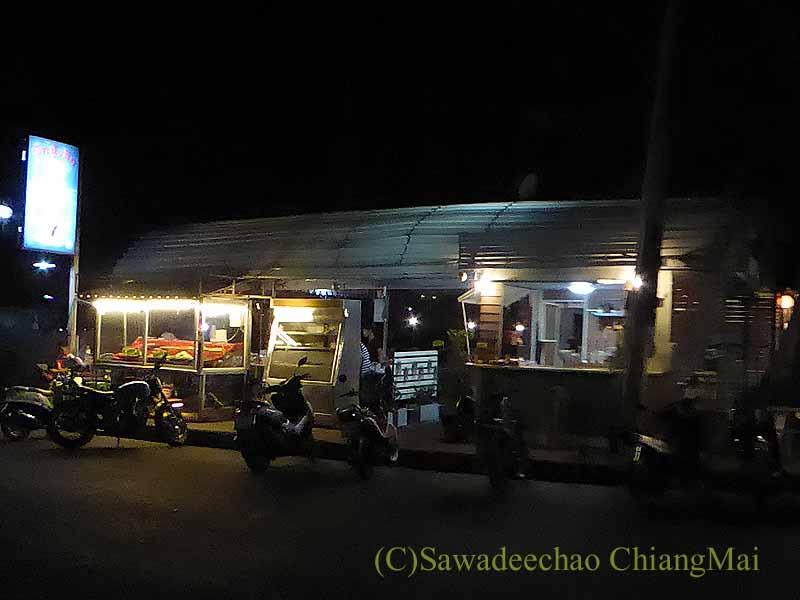 ピサヌロークにある人気レストラン、カーオトムルンチュワイの外観