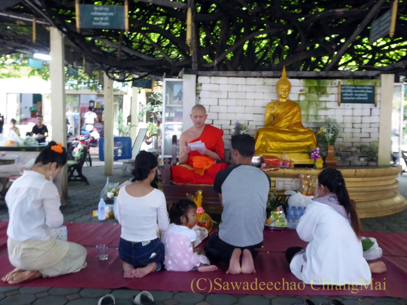 チェンマイにある寺院ワットパーペーンのオークパンサーの日の東屋でのタムブン