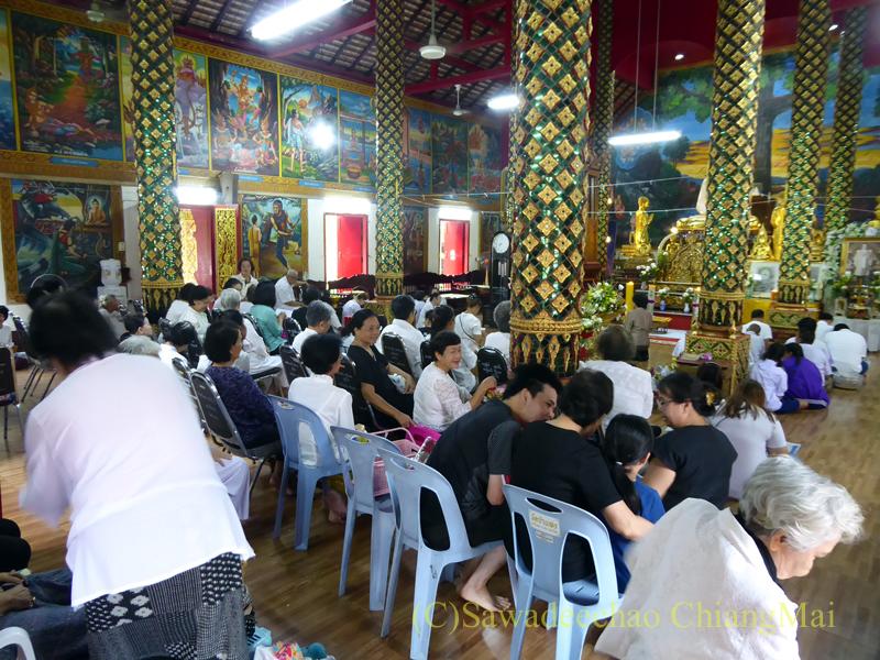 チェンマイにある寺院ワットパーペーンのオークパンサーの日の本堂内