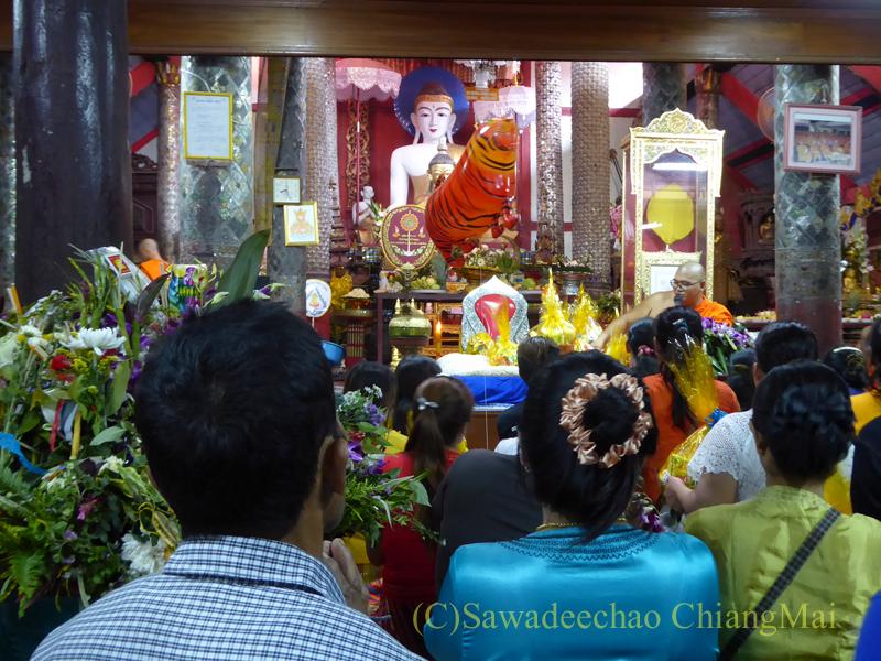 オークパンサーの日のチェンマイの寺院ワットパーパオの本尊