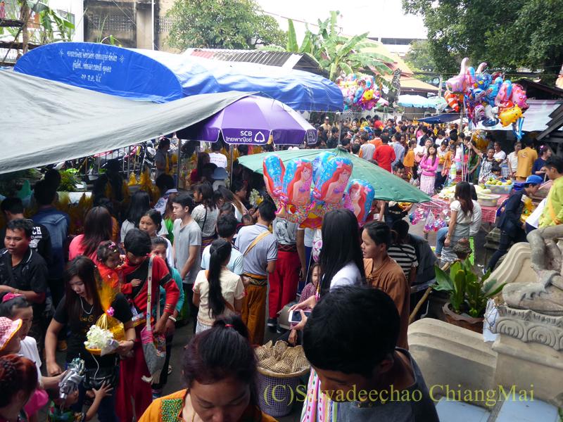 オークパンサーの日のチェンマイの寺院ワットパーパオの人出