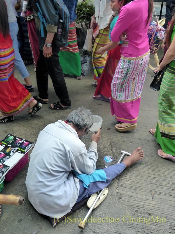 オークパンサーの日のチェンマイの寺院ワットパーパオの物乞い
