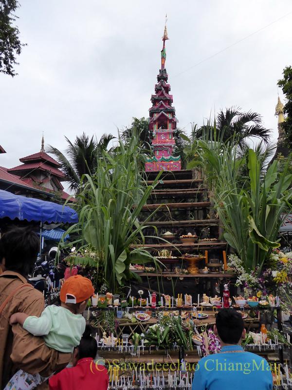 オークパンサーの日のチェンマイの寺院ワットパーパオの臨時の仏塔