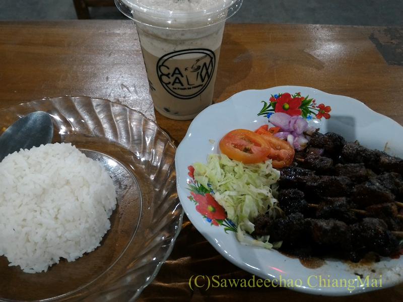 インドネシアのソロ(スラカルタ)のフードコートで食べたサテとご飯