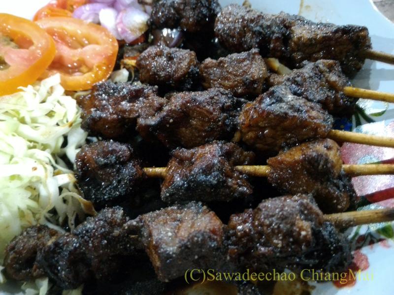 インドネシアのソロ(スラカルタ)のフードコートで食べたヤギ肉のサテ