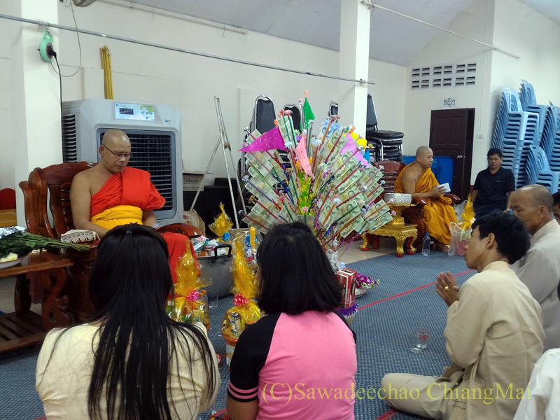チェンマイにある寺院ワットパーペーンのオークパンサーの日のお参り
