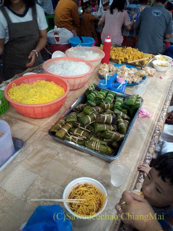 オークパンサーの日のチェンマイの寺院ワットパーパオの食堂の店先
