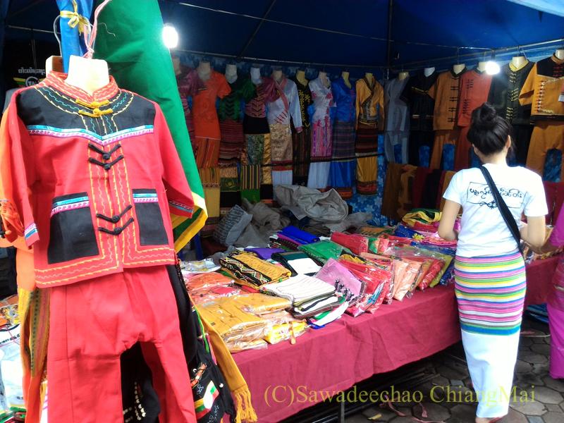 オークパンサーの日のチェンマイの寺院ワットパーパオの民族衣装屋