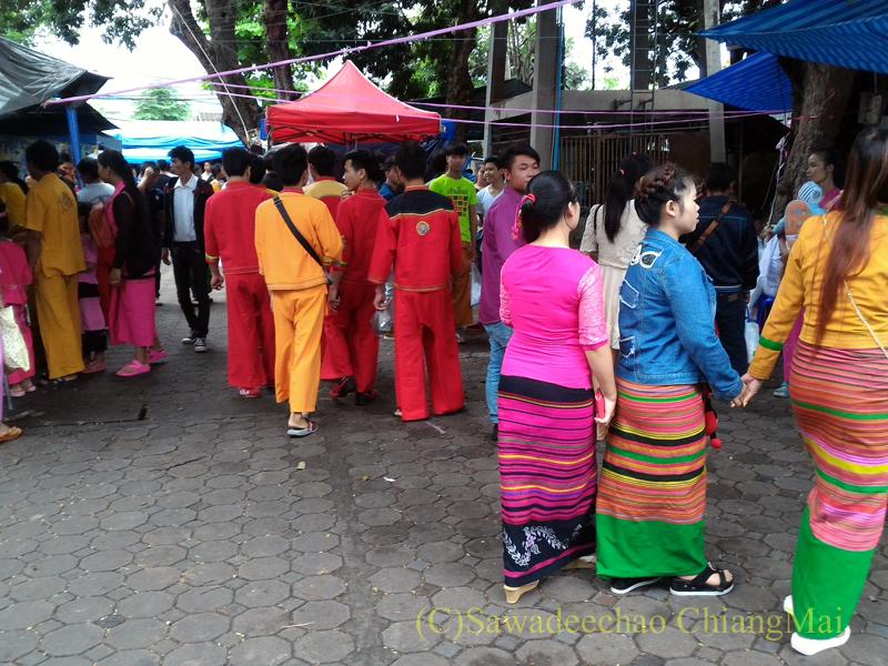 オークパンサーの日のチェンマイの寺院ワットパーパオのシャン族