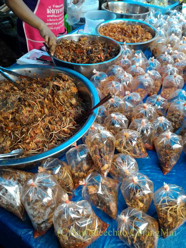 オークパンサーの日のチェンマイの寺院ワットパーパオの高菜漬けの店