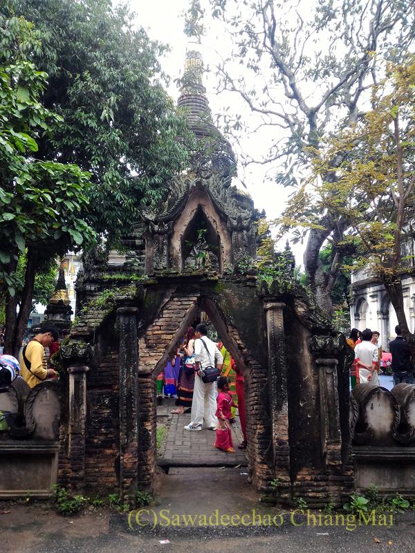 オークパンサーの日のチェンマイの寺院ワットパーパオの楼門