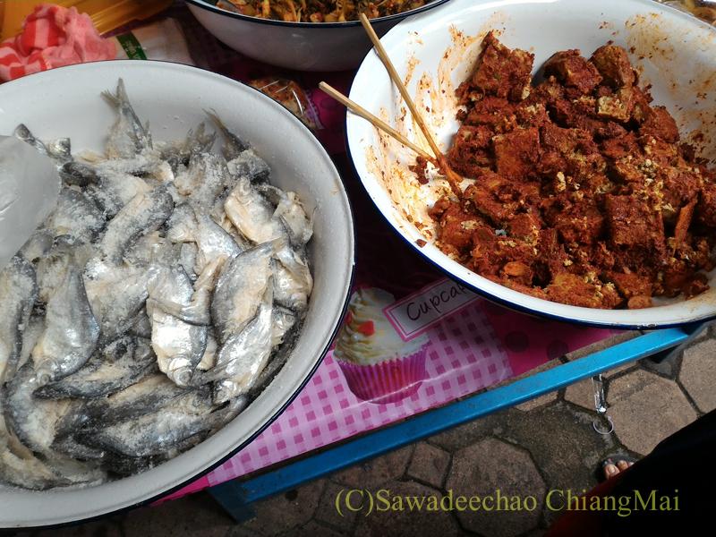 オークパンサーの日のチェンマイの寺院ワットパーパオの塩漬け魚と豆腐の店