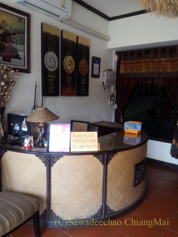 タイのメーサーイにある中級ホテル、バーンゴーンカムのフロント