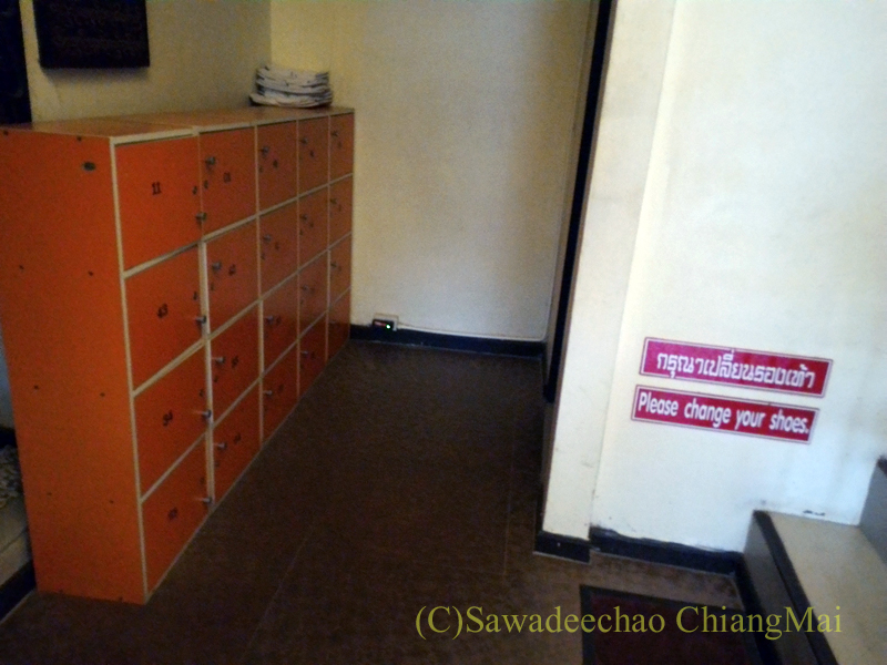 タイのメーサーイにある中級ホテル、バーンゴーンカムの下駄箱