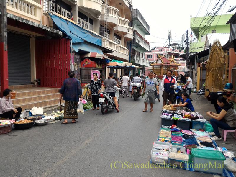 タイのメーサーイにある中級ホテル、バーンゴーンカムの近くの朝市