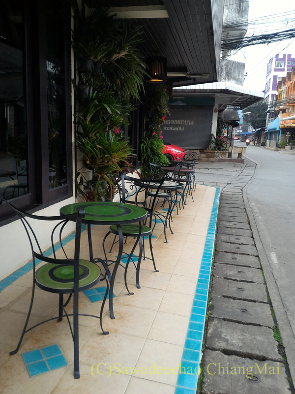 タイのメーサーイにある中級ホテル、バーンゴーンカムのレストランのテラス席