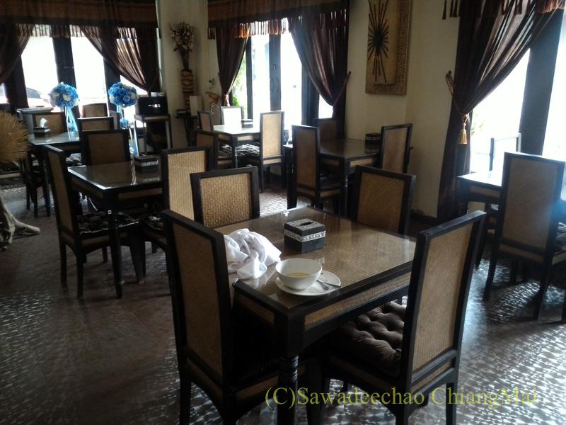 タイのメーサーイにある中級ホテル、バーンゴーンカムのレストラン