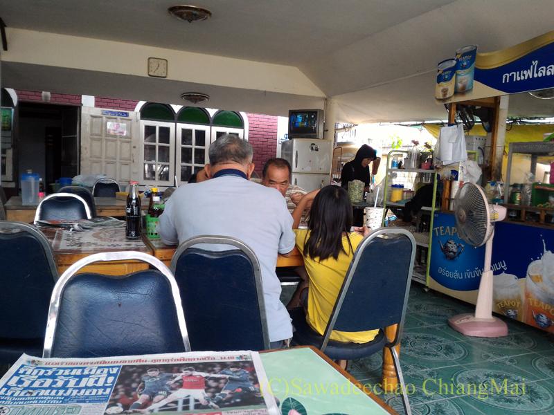 チェンマイのタイ式ビリヤニの店カーオモックガイライラーの店内