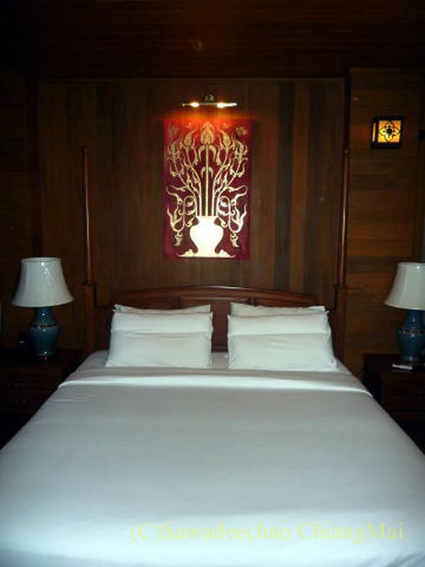 チェンマイの高級ホテル、ルアンカムインのベッド