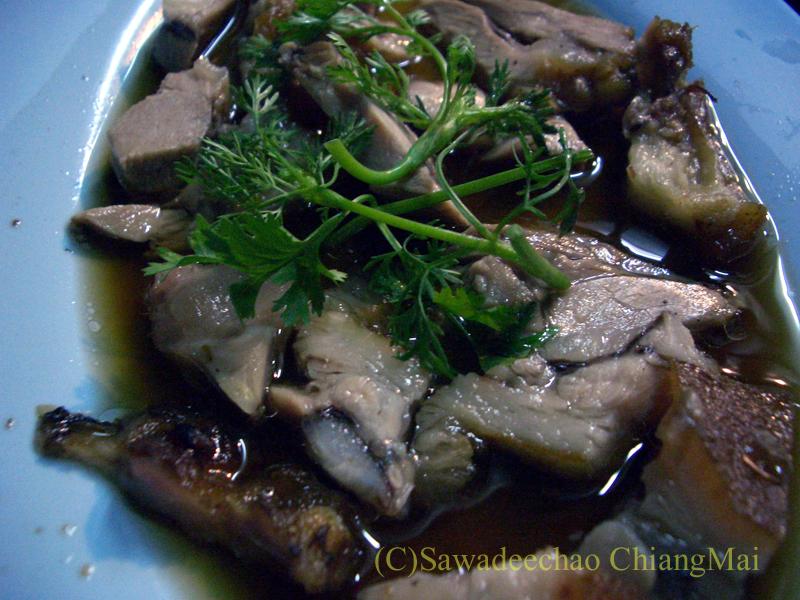 チェンマイ市内中心部にあるお粥の店デーン2の豚肉の醤油煮