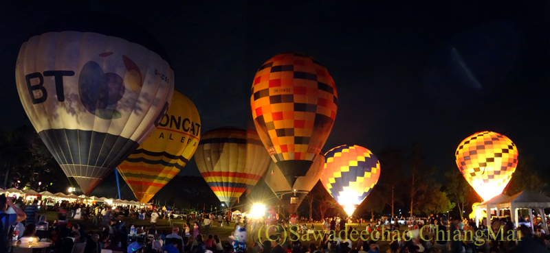 チェンマイのタイランドインターナショナルバルーンフェスティバルの幻想的な熱気球群