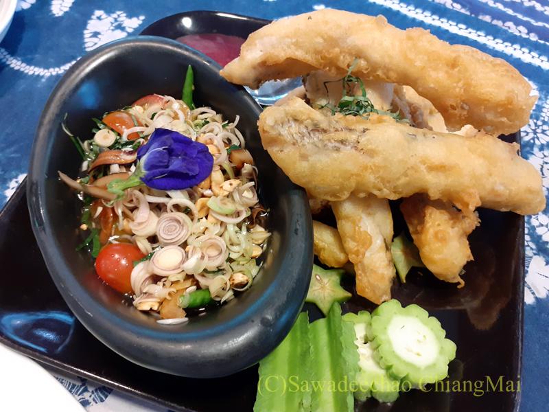 チェンマイの創作タイ料理レストラン、ミーナーの魚のフリッター