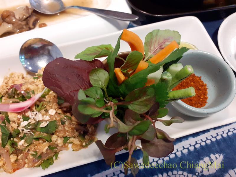 チェンマイの創作タイ料理レストラン、ミーナーのラープムーカーオット