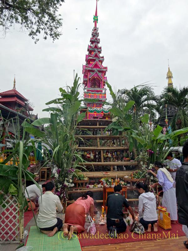 出安居の日のチェンマイのワットパーパオの即席の仏塔