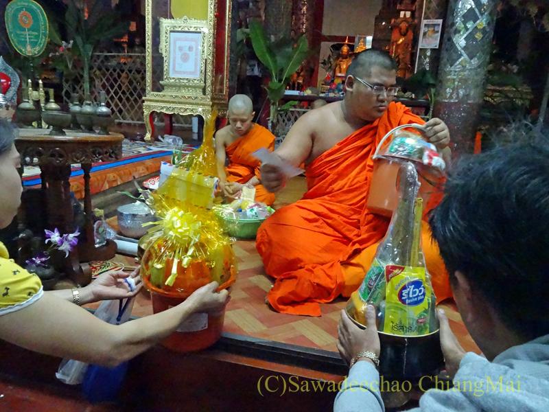出安居の日のチェンマイのワットパーパオの僧侶