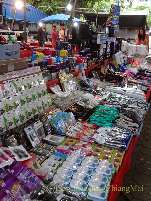 出安居の日のチェンマイのワットパーパオの電気製品の露店