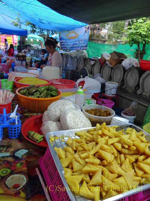 出安居の日のチェンマイのワットパーパオのシャン族料理屋