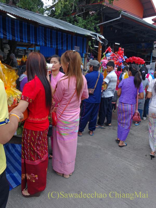 出安居の日のチェンマイのワットパーパオの民族衣装を着た女性