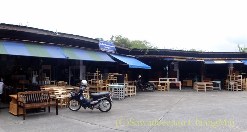 チェンマイのタニン市場の家具屋街概観