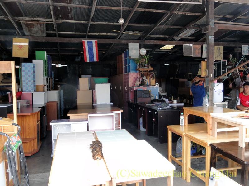 チェンマイのタニン市場の家具屋の店内