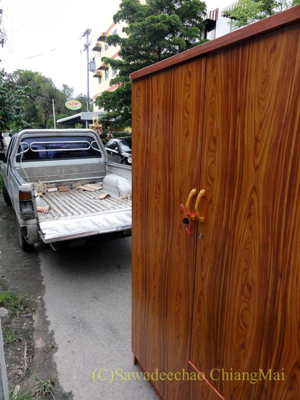 チェンマイで購入した洋服ダンスを運んできたピックアップトラック