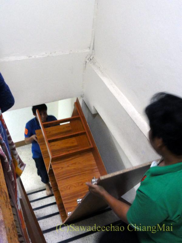 チェンマイで購入した洋服ダンスを分解して階段を登る様子