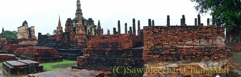 タイのスコータイ遺跡のワットマハータートの中心部概観